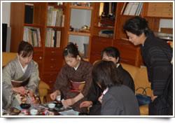 2004年の催しでは、着物を着て参加し、同じ空間でお茶、お香、お花、能楽等々を体験し、食事を摂りながら数時間伝統文化に触れるときを楽しみました。